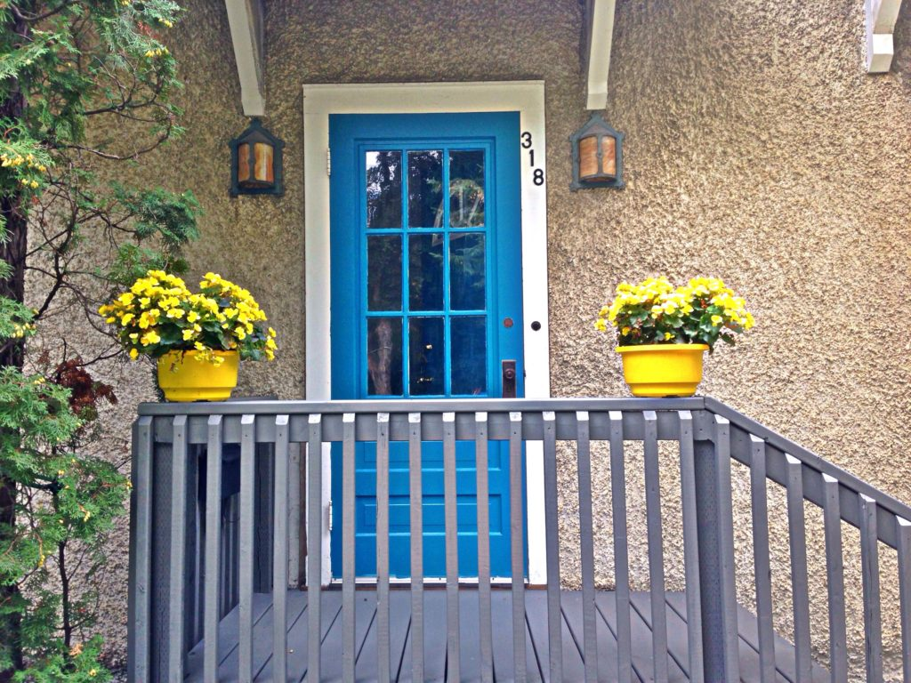 Here's 7 money-saving tips to improve your curb appeal when you're on a budget. With a little bit of paint, a few flowers, and no landscaping, you can improve the look of your front door and front yard in a weekend. Cheap, easy, and under $100. #curbappeal #landscaping #frontdoor #cheap #onabudget #moneysaving #flowers #frontyard #easy