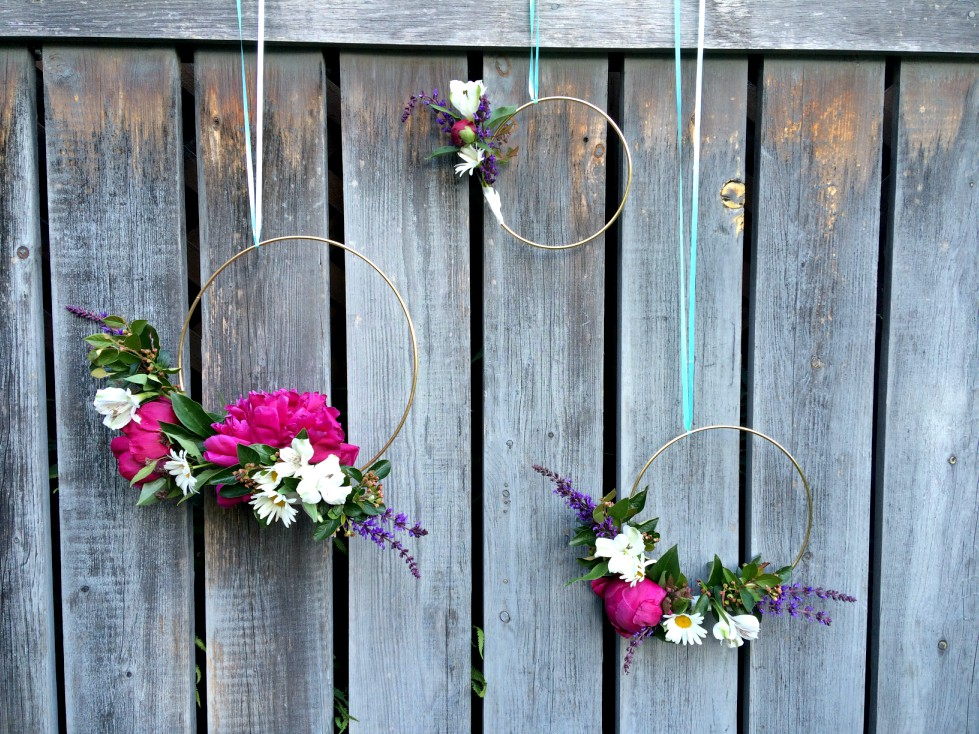 Need a quick and cheap decoration for a wedding or bridal shower?  The floral hoop wreath is your answer!  So beautiful using flowers like peonies from your backyard.