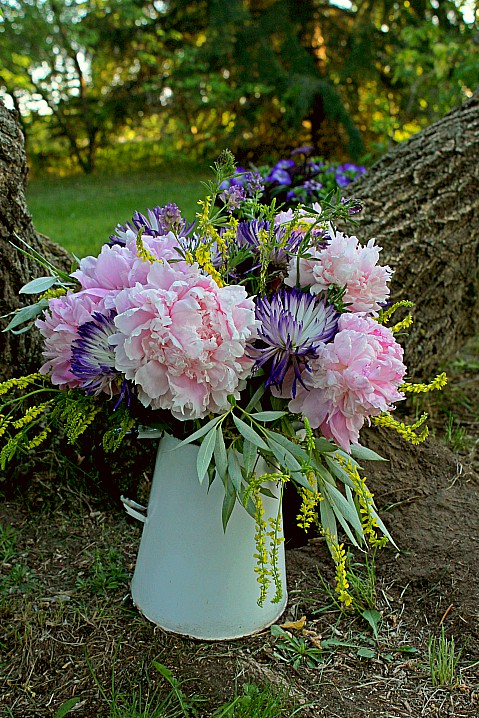 Farmhouse-inspired wedding arrangement, perfect for a casual backyard wedding!