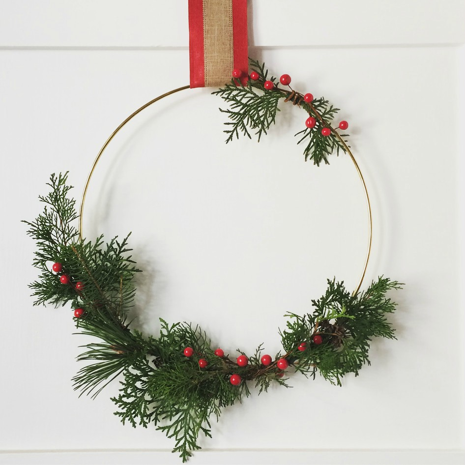 Want money saving Christmas decorations at dollar store prices? This DIY Christmas wreath is sure to suit your wallet and your home decor. You'll love the rustic and minimal style. #christmasdecor #christmaswreath #holiday #rusticchristmas #rustic #minimalism #minimalchristmas #ppholiday