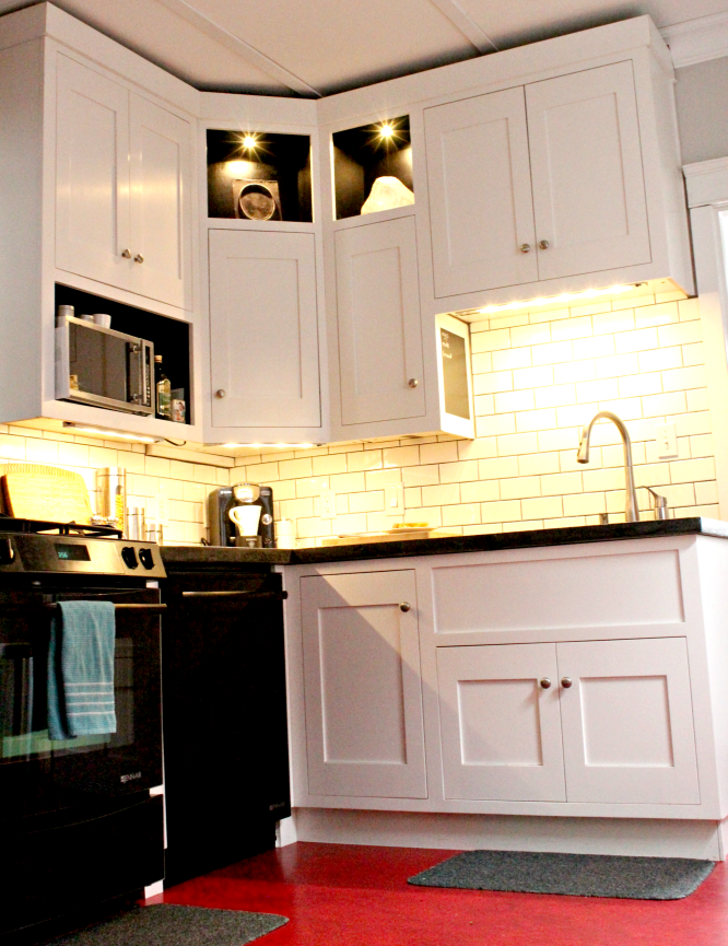 I want these white custom shaker cabinets. Don't the contrast beautifully with black appliances and red floors? #customcabinets #redfloors #redflooring #blackappliances