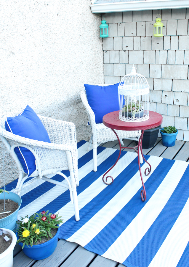 Check out this stunning cobalt blue and white patio makeover.  I'd love to relax on a deck like this and steal some of these DIY ideas. #outdoorliving #patio #deck #patiomakeover #cobaltblue #diyproject