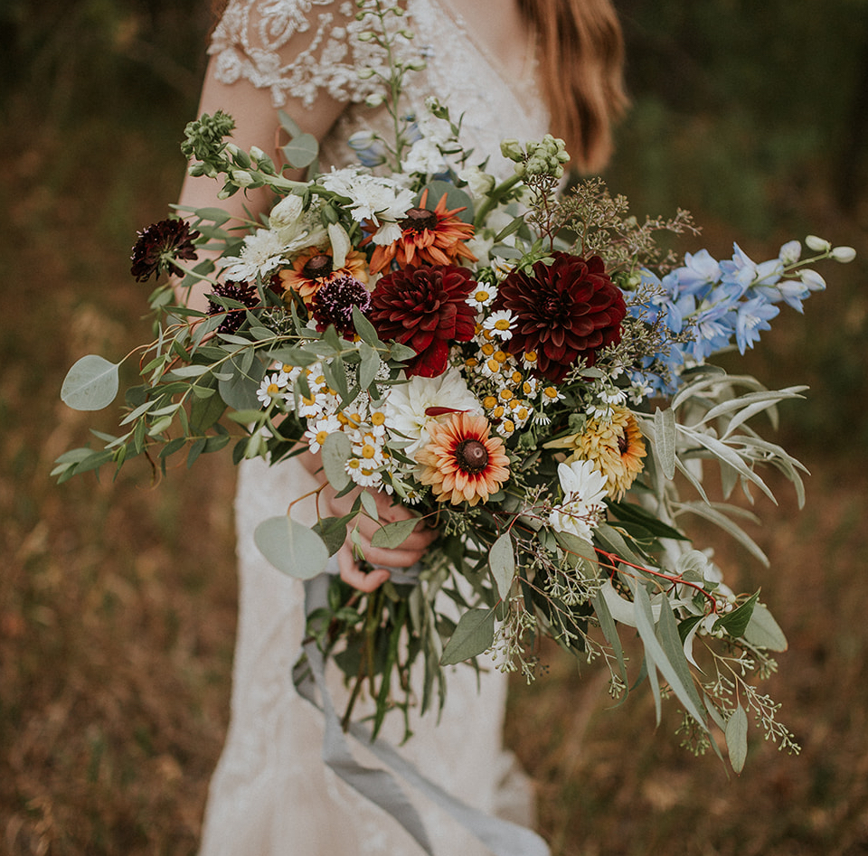 Did you know you can start your own flower farm in a small backyard? Danielle shares how she started a flower farm business with cut flowers like Floret for under $2000. Now she offers flower subscriptions and wedding bouquets with her annuals and perennials. #cutflowers #flowerfarm