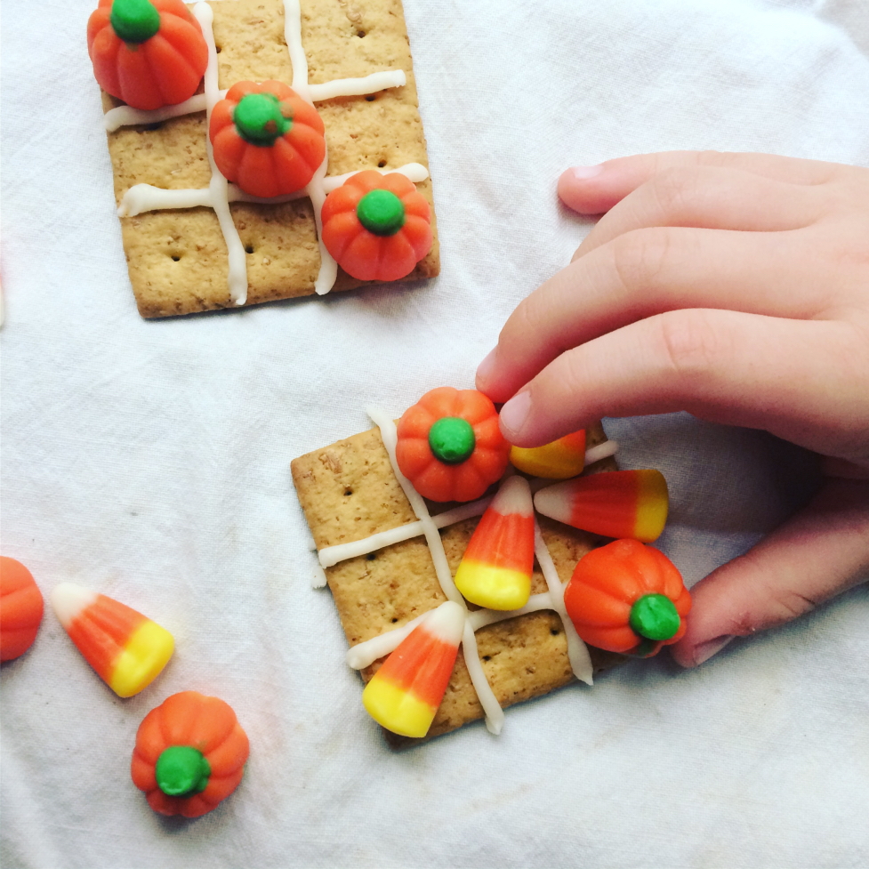 It's the night before your kids classroom Halloween party, what fast and easy sweet treat can you make?  This easy edible fall tic tac toe dessert.  Pumpkin candy, icing, graham cracker, and you're done!  So cute for toddlers, kids, and schools. #halloween #treats #fast #easy #nobake #kids #toddlers #recipe #desserts #party