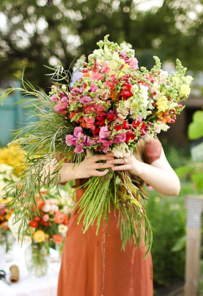 Wish you knew how to make a Floret style cut flower arrangement like a flower farmer? Wish no more! Danielle Fulawka gives us tips, trick, and ideas for beautiful and easy bouquets from annual flowers you can grow in your own backyard flower garden. #growingflowers #bouquets #annualflowers #flowerfarmer #flowergarden
